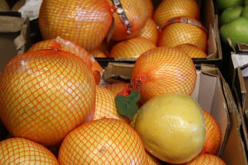 Sluit omhoog van Rijpe pompelmoes of Thaise grapefruit op de tegenmarkt stock afbeeldingen