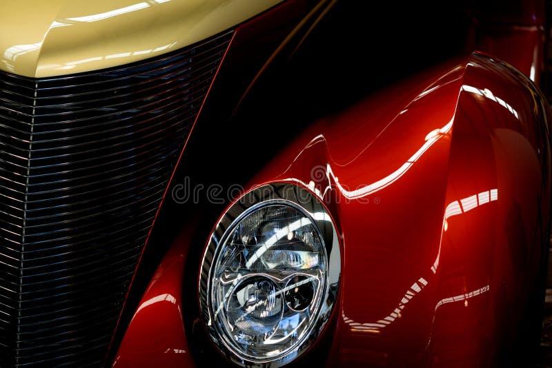 Sluit omhoog van Rode en Gele Klassieke Autokoplamp stock afbeeldingen
