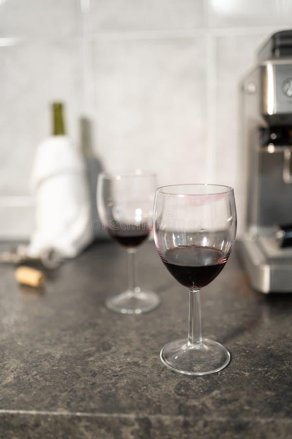 Sluit omhoog van rode wijnglazen met lippenstiftteken royalty-vrije stock afbeelding