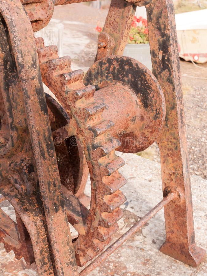 Sluit omhoog van roestige metaal oude overzeese dokstructuur buiten stock afbeeldingen
