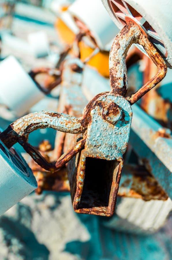 Sluit omhoog van roestige metaaldelen en wielen van mechanismedetail royalty-vrije stock fotografie