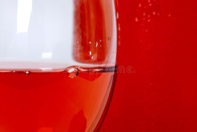 Sluit omhoog van roze wijn in glas met bel royalty-vrije stock foto's