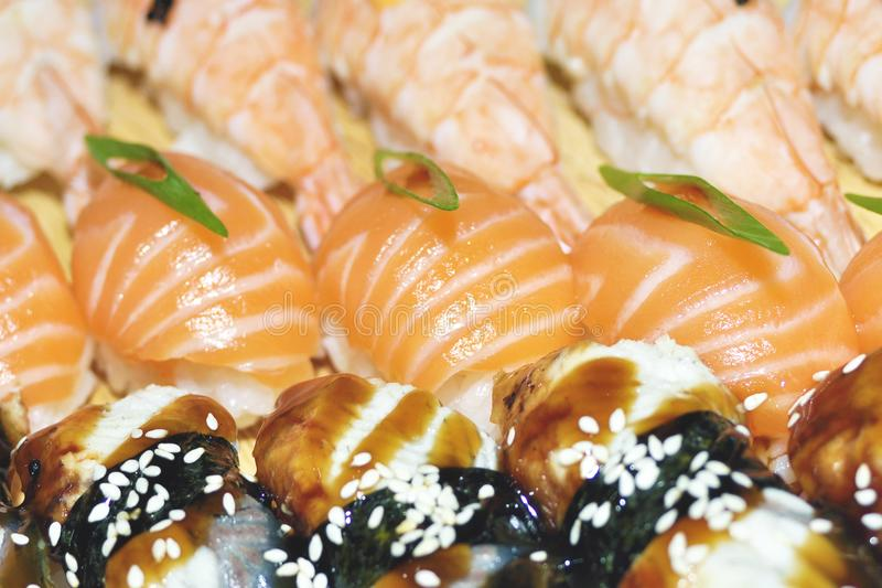 Sluit omhoog van sashimisushi met eetstokjes en soja worden geplaatst die stock foto