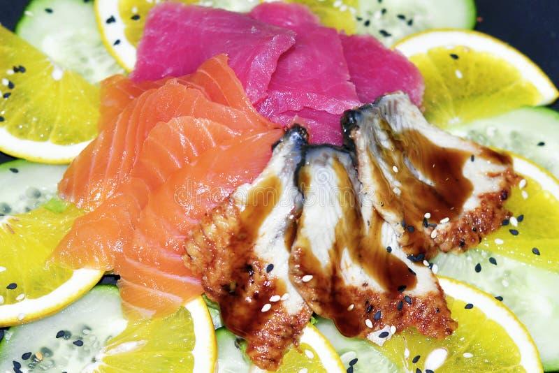 Sluit omhoog van sashimisushi met eetstokjes en soja worden geplaatst die royalty-vrije stock foto's