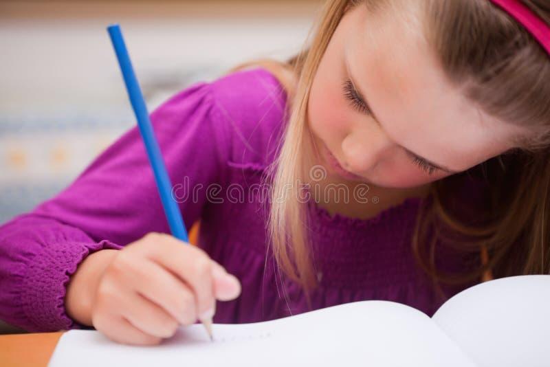 Sluit omhoog van schoolmeisje het schrijven royalty-vrije stock foto