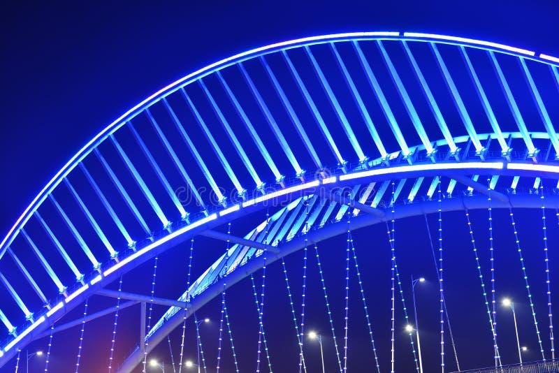 Sluit omhoog van schuine die brug door LEIDENE lichten wordt verlicht stock afbeeldingen
