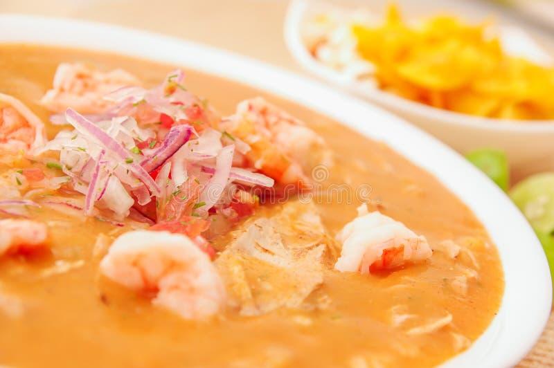 Sluit omhoog van selectieve nadruk van Ecuatoriaans voedsel: de garnalen cebiche met wat vertroebelden chifles achtergrond royalty-vrije stock foto's