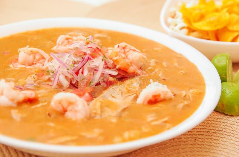 Sluit omhoog van selectieve nadruk van Ecuatoriaans voedsel: de garnalen cebiche met wat vertroebelden chifles achtergrond stock foto