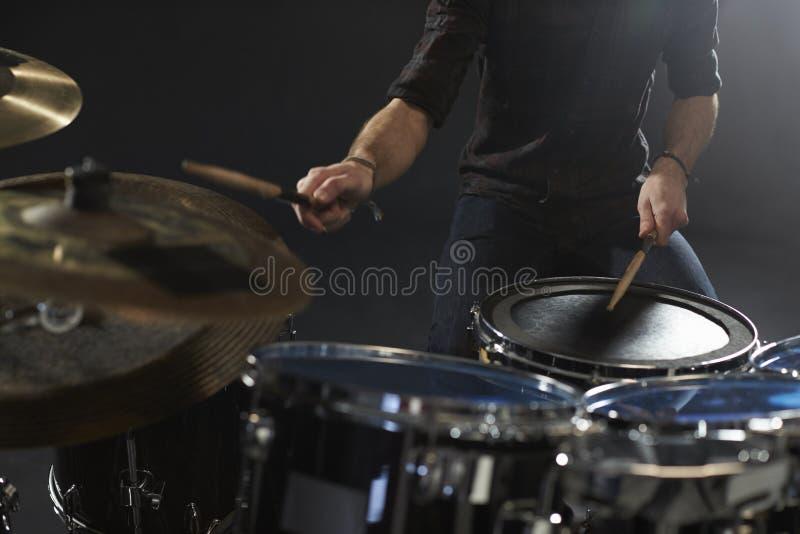 Sluit omhoog van Slagwerker Playing Drum Kit In Studio stock foto's
