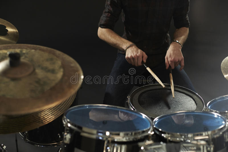 Sluit omhoog van Slagwerker Playing Snare Drum op Kit In Studio royalty-vrije stock afbeelding