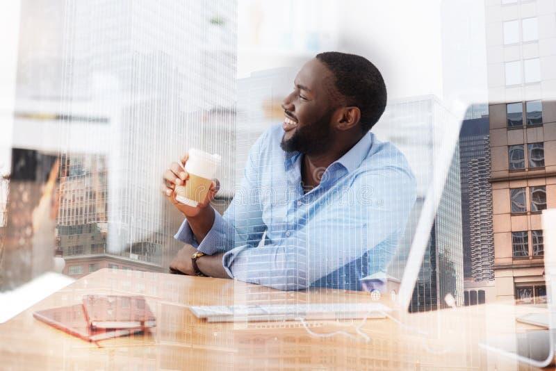 Sluit omhoog van slimme arbeider het drinken koffie stock fotografie