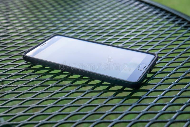 Sluit omhoog van slimme cellphone met het vlakke buiten scherm, moderne technologie stock fotografie
