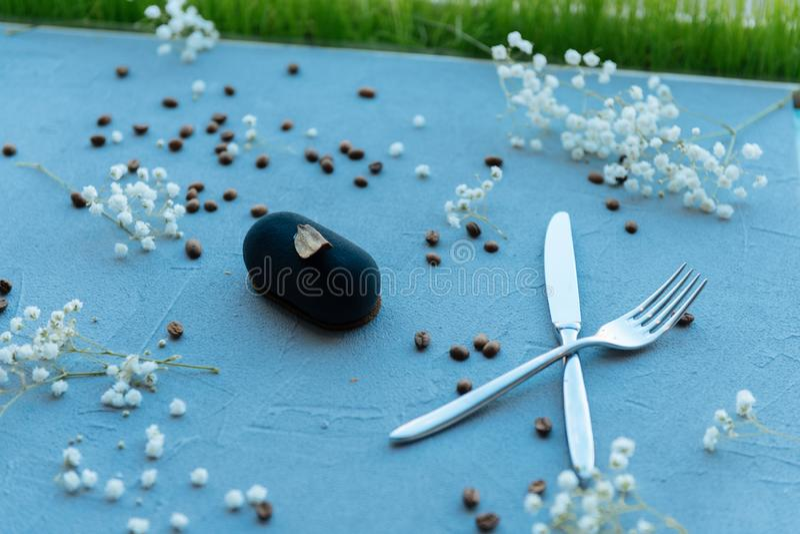 Sluit omhoog van smakelijke blauwe cake die worden gediend stock fotografie