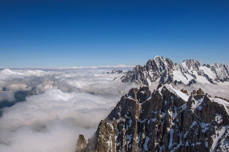 Sluit omhoog van sneeuwpieken, mening van Aiguille du Midi in Franse Alpen stock foto's