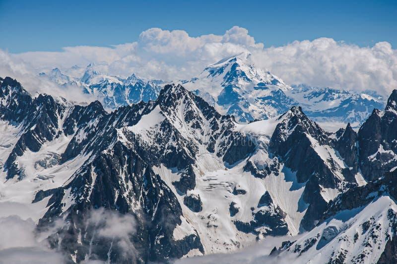 Sluit omhoog van sneeuwpieken, mening van Aiguille du Midi in Franse Alpen royalty-vrije stock foto's