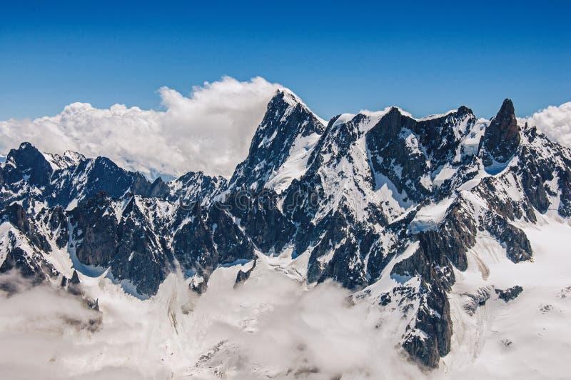 Sluit omhoog van sneeuwpieken, mening van Aiguille du Midi in Franse Alpen royalty-vrije stock fotografie