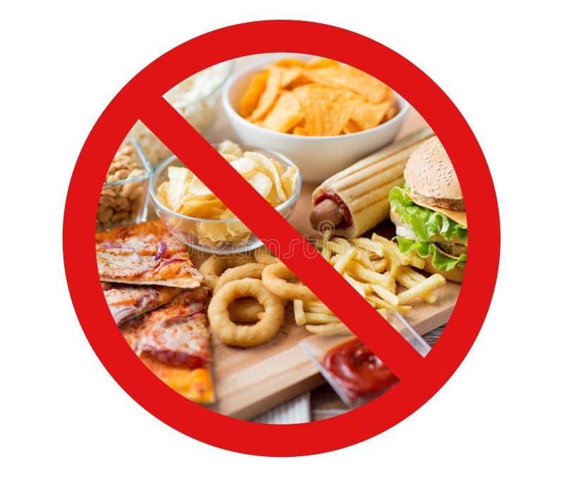 Sluit omhoog van snel voedselsnacks achter geen symbool stock afbeeldingen