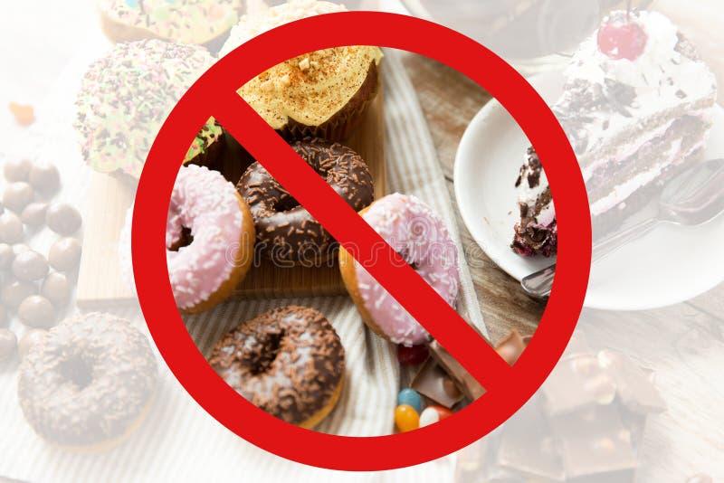 Sluit omhoog van snoepjes op lijst achter geen symbool royalty-vrije stock foto's