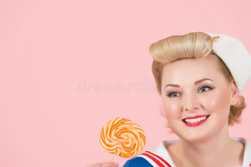 Sluit omhoog van speld-omhooggaande gestileerde gelukkige vrouw en lolly stock fotografie