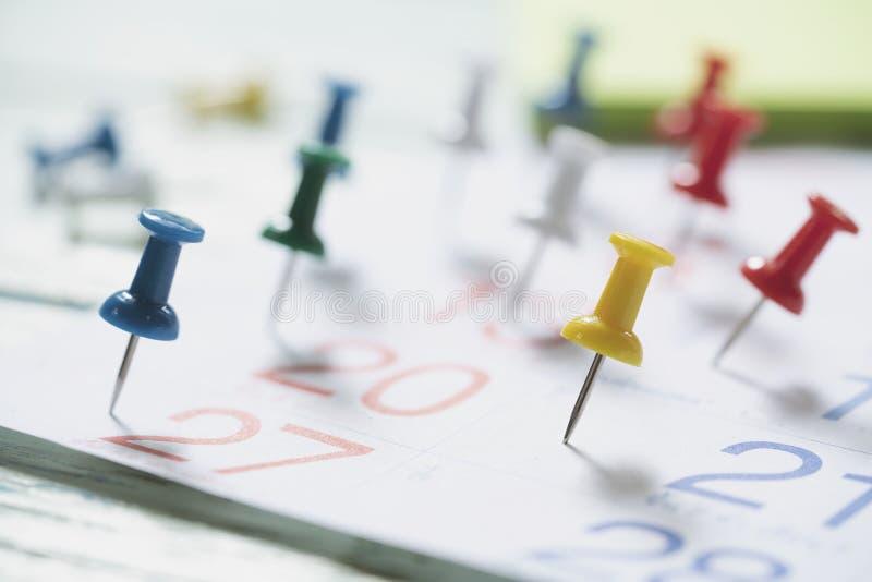 Sluit omhoog van speld op kalender, plannend voor commerciële vergadering stock fotografie