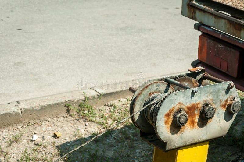 Sluit omhoog van staalkabel van de kruk op de autoaanhangwagen stock afbeelding
