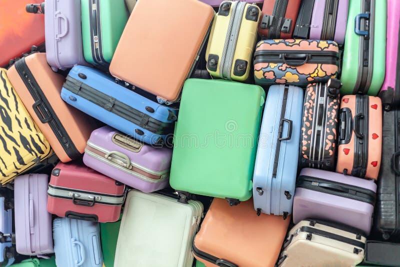 Sluit omhoog van stapel van oude luggages gestapelde van reiskoffers stock fotografie