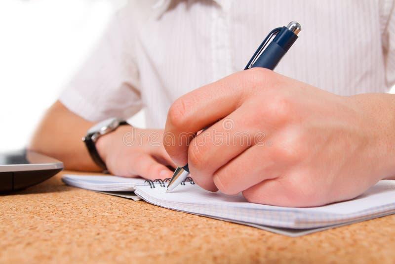 Sluit omhoog van studentenhand het schrijven stock afbeelding