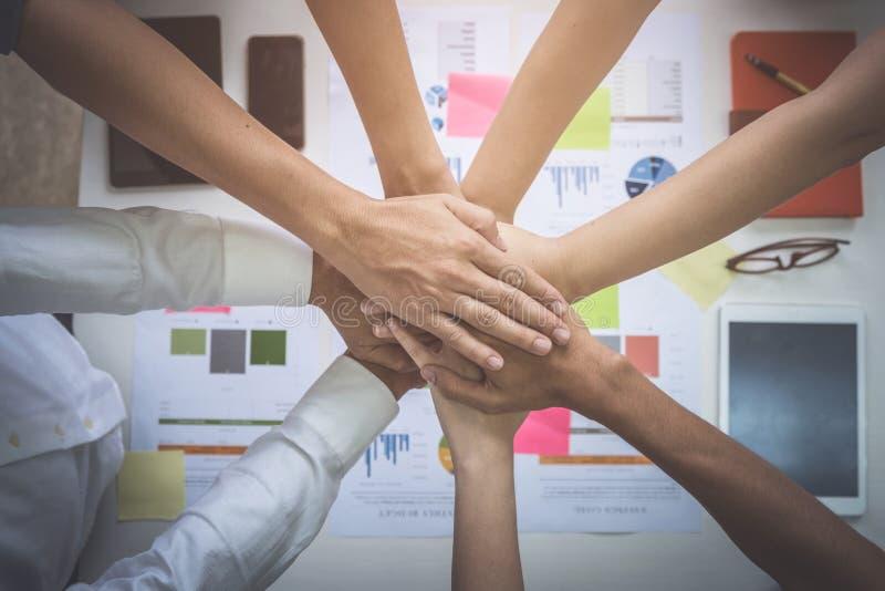 Sluit omhoog van succesvolle groep zakenlui die handen samenbrengen Bedrijfsmensen die Collectieve Verbindingssamenhorigheid ontm royalty-vrije stock afbeeldingen