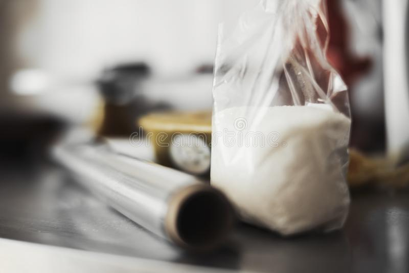 Sluit omhoog van suiker en polyethyleen plastic omslag royalty-vrije stock foto