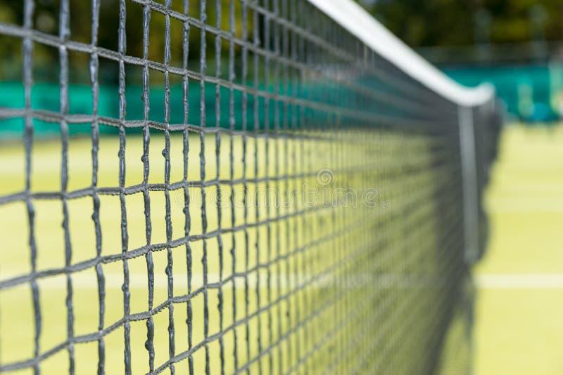 Sluit omhoog van tennis netto op de achtergrond van grashoven royalty-vrije stock afbeeldingen