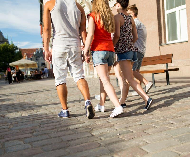 Sluit omhoog van tienervrienden die in stad lopen royalty-vrije stock foto
