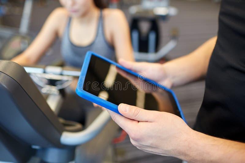 Sluit omhoog van trainerhanden met tabletpc in gymnastiek royalty-vrije stock foto