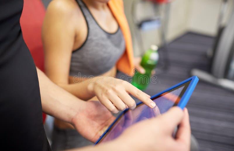 Sluit omhoog van trainerhanden met tabletpc in gymnastiek royalty-vrije stock foto's