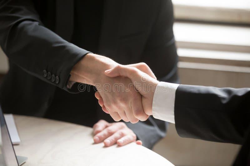 Sluit omhoog van Twee Bedrijfsmensen die Handen schudden royalty-vrije stock foto's