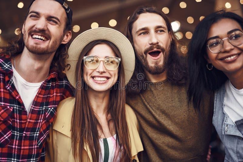 Sluit omhoog van twee en paren die gelukkig samen glimlachen kijken royalty-vrije stock fotografie