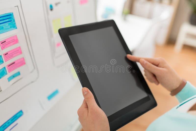Sluit omhoog van uiontwerper met tabletpc op kantoor royalty-vrije stock foto's