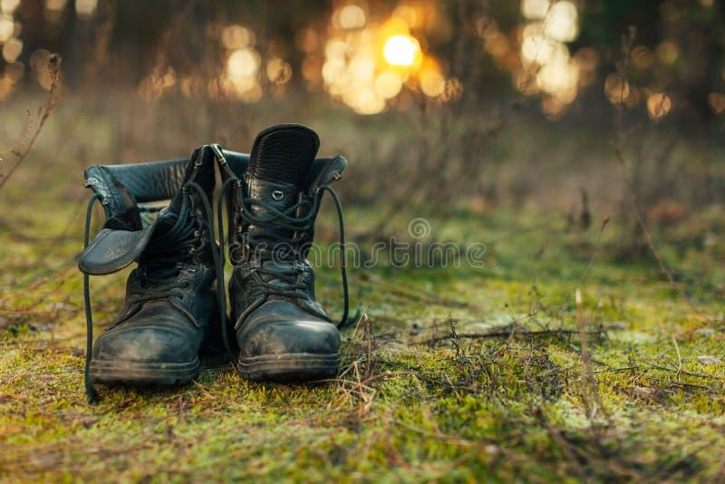 Sluit omhoog van uitstekend paar van het lopen van laarzen op de achtergrond van de keiweide royalty-vrije stock fotografie