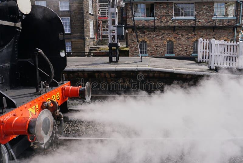 Sluit omhoog van uitstekende stoommotor die stoom wegblazen - Whitby England stock afbeelding