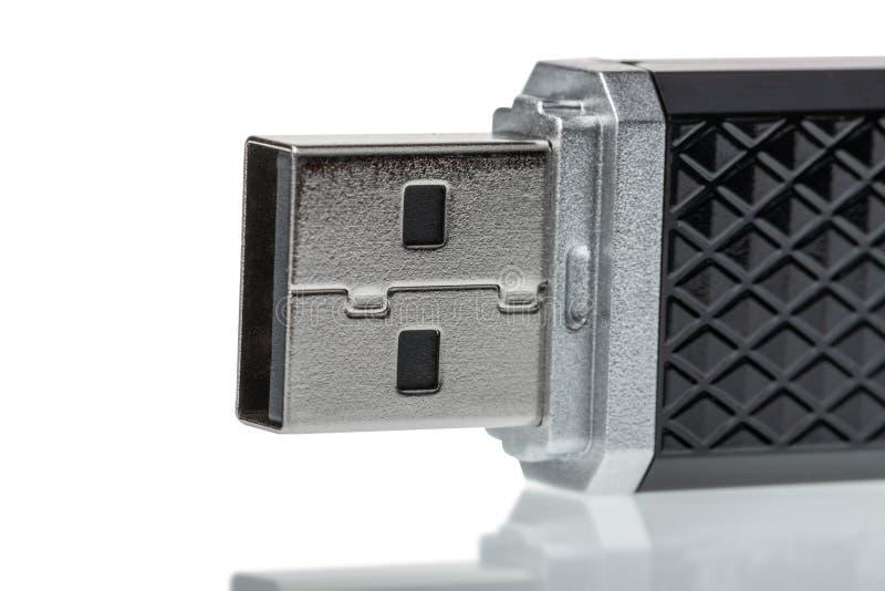 Sluit omhoog van USB-geheugenstok met bezinning die op witte achtergrond wordt geïsoleerd Het concept van de technologie royalty-vrije stock fotografie