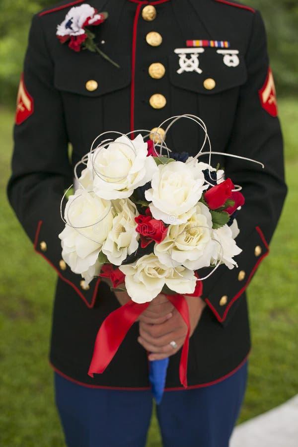 Sluit omhoog van van de de bruidegomholding van de Legermilitair het boeket van de bruid royalty-vrije stock foto's