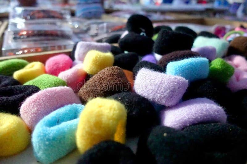 Sluit omhoog van veel multi gekleurde die haartoebehoren als scru worden bekend stock afbeeldingen
