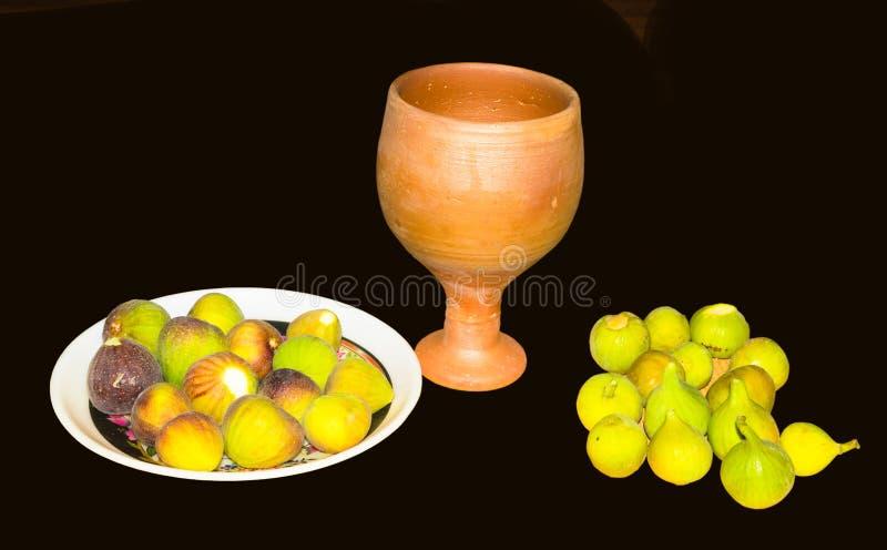Sluit omhoog van vers fig.fruit in een plaat met geïsoleerd kleiglas royalty-vrije stock foto's