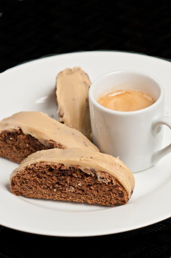 Sluit omhoog van vers gebakken biscotti van de koffiechocolade met carmelglans stock fotografie