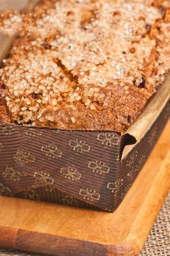 Sluit omhoog van vers gebakken, eigengemaakt, Amerikaanse veenbes, het brood van het pecannootbrood in kartonvorm stock afbeeldingen