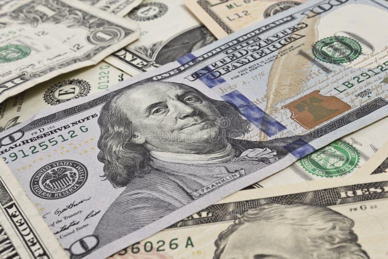 Sluit omhoog van verscheidene chaotically gerichte dollarrekeningen stock afbeelding