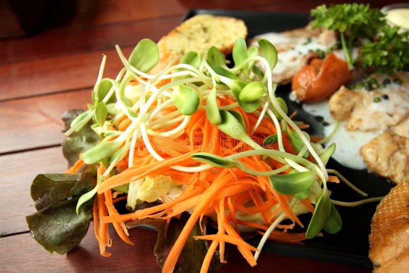Sluit omhoog van verse salade als bijgerecht stock afbeeldingen
