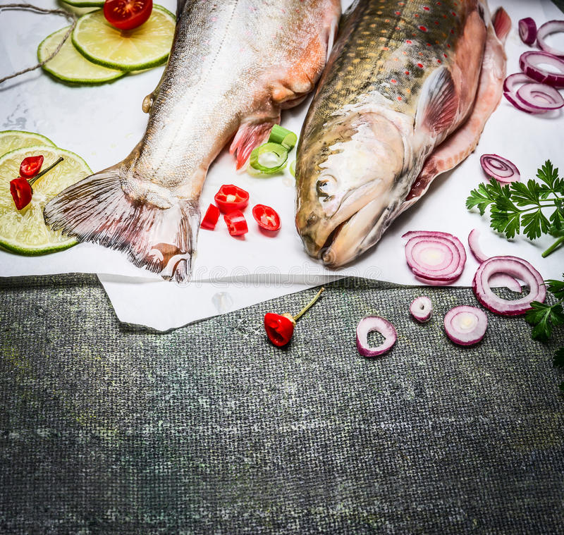 Sluit omhoog van verse vissen met het koken van ingrediënten op rustieke achtergrond, hoogste mening royalty-vrije stock afbeeldingen