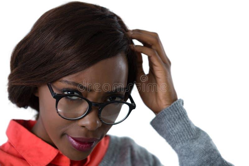 Sluit omhoog van verwarde jonge vrouw die oogglazen dragen stock afbeeldingen