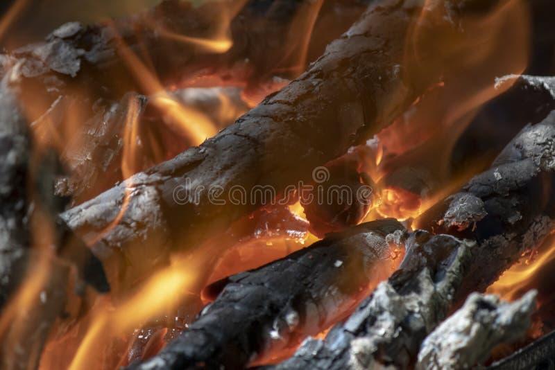 Sluit omhoog van vlammende houten sintels royalty-vrije stock foto's