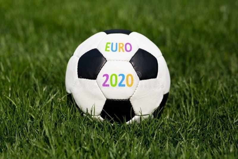 Sluit omhoog van voetbalbal met het kampioenschapsconcept van euro 2020 stock afbeeldingen
